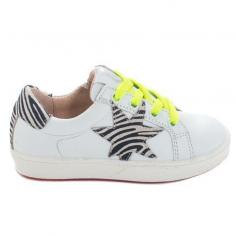 Chaussures de couleur blanches pour enfants avec détails à motif zèbre et les lacets sont de couleur jaune