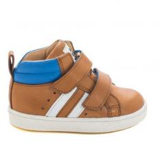 Joli modèle de chaussures de couleur camel pour garçons à scratchs de la marque Acebos