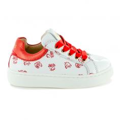 Adorables chaussures blanches pour enfants avec un imprimé en forme de rose rouge de la marque Stones and Bones