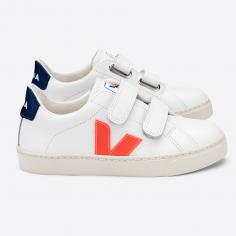 Modèle de sneakers de couleur blanc et orange pour enfants de la marque Veja
