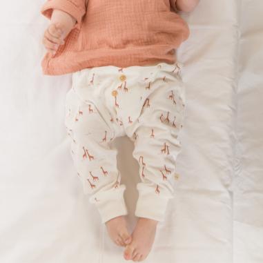 Pantalon en coton tout doux de couleur blanc à imprimés girafe pour bébés de la marque Les Petites Choses à petit prix