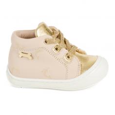 Chaussures de couleur nude et or pour petites filles de la marque Stones and Bones