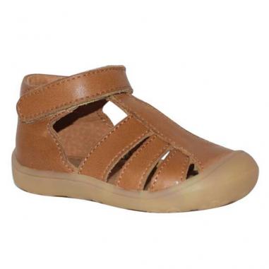 Jolies sandales de couleur camel adaptées pour les premiers pas des enfants de la marque Little Mary