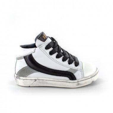 Chaussures blanches et noires pour enfants de la marque Stones and Bones
