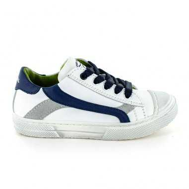 Chaussures blanches et marine pour...