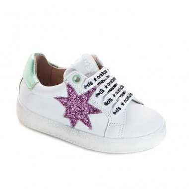 Chaussures blanches et rose pour...