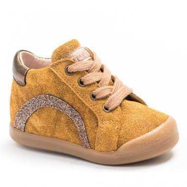 Chaussures premiers pas moutarde pour enfants de la marque Acebos